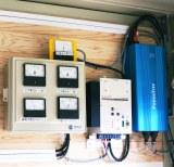 『マグネシウム燃料電池ハウス』に設置されているソーラーパネルによる電力の充放電コントローラーとDC-ACインバーター