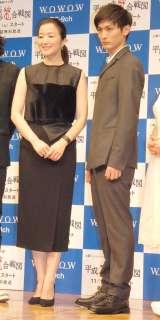連続ドラマW『平成猿蟹合戦図』完成披露舞台あいさつに出席した(左から)鈴木京香、高良健吾 (C)ORICON NewS inc.