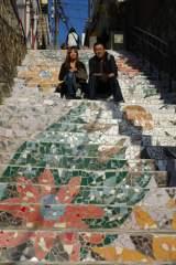 韓国で芸術三昧 アートの街「梨花洞(イファドン)」長い階段を見上げるとタイルで描いた1枚のアートに