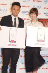 スマートフォンAQUOS WEBプロモーション『エモ動』告知イベントに出席した(左から)北島康介、篠田麻里子 (C)ORICON NewS inc.