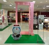 サンタクロース姿のドラえもんと「どこでもドア」の前で写真撮影! (C)Fujiko-Pro