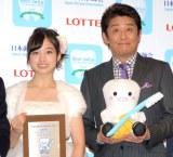 もっとも笑顔が輝いている文化人・著名人に贈られる『ベストスマイル・オブ・ザ・イヤー2014』を受賞した(左から)橋本環奈、坂上忍 (C)ORICON NewS inc.