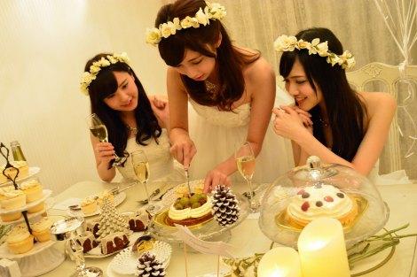 真っ白なセレブ風クリスマス女子会に潜入  白いケーキもおいしそう(C)oricon ME inc.