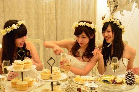 真っ白なセレブ風クリスマス女子会に潜入  飲み物ももちろん白で(C)oricon ME inc.