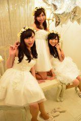 真っ白なセレブ風クリスマス女子会に潜入  フワフワな白ドレスを着た(左から)角谷暁子さん、西村萌さん、水谷映里さん(C)oricon ME inc.