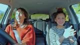 11月12日放送のBS朝日『恋するドライブ』に西山茉希(右)がゲスト出演。ドライバー兼MCは渡辺真理(C)BS朝日