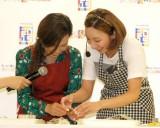 親子でフィリピン料理に挑戦した(左から)ママちん、ざわちん=『フィリピン料理クッキング教室』 (C)ORICON NewS inc.