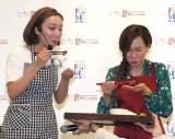 フィリピン料理を試食する(左から)ざわちん、ママちん=『フィリピン料理クッキング教室』 (C)ORICON NewS inc.