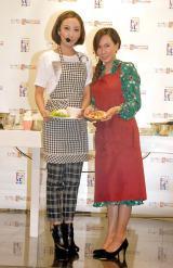 親子でフィリピン料理に挑戦した(左から)ざわちん、ママちん=『フィリピン料理クッキング教室』 (C)ORICON NewS inc.