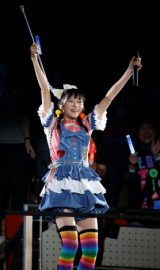 中山莉子は、小さい頃から習っていたというバトンを手に初のソロ曲『ペコペコリーヌ』を披露。