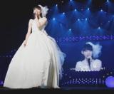 松野莉奈はソロコーナーでウェディングドレス姿に。