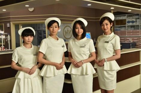 1月スタートのTBS系ドラマ『まっしろ』のセレブなナース服を初披露(左から)志田未来、木村多江、堀北真希、高梨臨(C)TBS