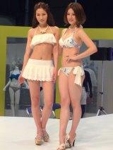 JSAキャンペーンガールの横町ももこ(左)と東レキャンペーンガールの宮沢セイラ(右) (C)ORICON NewS inc.