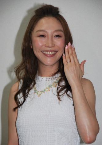 婚約指輪を光らせ幸せオーラを振りまいた小原正子 (C)ORICON NewS inc.