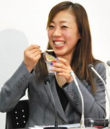 カメラに笑顔を向ける=引退会見を行ったフィギュアスケート・村主章枝選手 (C)ORICON NewS inc.