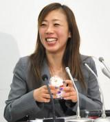 史上初? 引退会見でプリンを食べたフィギュアスケート・村主章枝選手 (C)ORICON NewS inc.