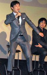 「ねぇ君はもう〜♪」剛力彩芽のプロペラダンスを披露する堺雅人 (C)ORICON NewS inc.