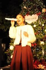 自身が初プロデュースしたクリスマスツリーの前で歌唱する西野カナ