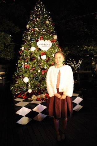 自身がプロデュースしたクリスマスツリーの点灯式を行った西野カナ