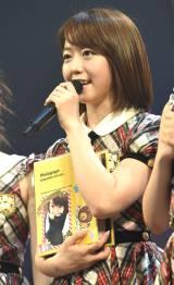 AKB48チーム4メンバーからのプレゼントを胸に喜びをかみしめる峯岸みなみ(C)AKS