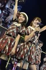 AKB48全国ツアー大分公演の模様(左から向井地美音、加藤玲奈)(C)AKS