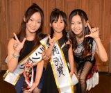 倉木麻衣が「なりきり倉木麻衣コンテスト」グランプリ、特別賞の2人と記念撮影