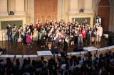 「なりきり倉木麻衣コンテスト」最終選考に残った約100人がステージに登壇