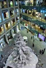 「KITTE」のクリスマスイルミネーションがスタート! 屋内としては日本最大級の高さ14.5メートルの巨大ツリーがそびえ立つ(C)oricon ME inc.