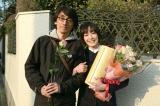 吉田大八監督(左)からバラの花束を渡された宮沢りえ
