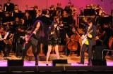 8月16日放送、『真夏のプレミア音楽祭〜魅惑のコラボレーション〜』HKT48の指原莉乃は一流ロックギタリストと夢のステージを繰り広げる(C)テレビ朝日