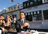 大河内首席監察官(神保悟志)が東名高速道路富士川サービスエリア(上り)で開催中の「相棒テラス」を視察(C)テレビ朝日・東映