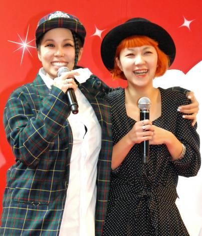 イベントで写真家の妹・217(NINA)さんと共演したAI(左) (C)ORICON NewS inc.