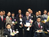『ACEアワード』授賞式にて。KDDIの旗艦店『au NAGOYA』に勤める三原毅さん(中央)