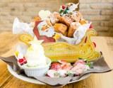 カリッふわっ食感の限定メニュー『ドーナツパンケーキ・メープル風サンタさんからの贈り物』