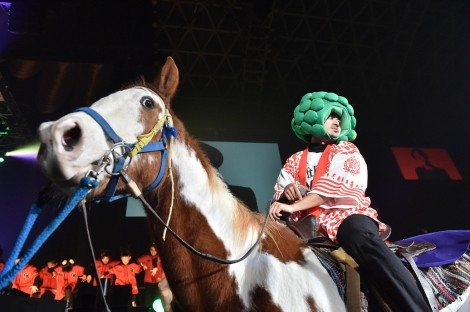本物の馬に乗って登場したCLIEVY