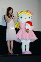 映画『くるみ割り人形』初日舞台あいさつに登壇した板野友美とキティちゃん (C)ORICON NewS inc.