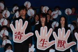 映画『寄生獣』の初日舞台あいさつの模様(左から)山崎貴監督、余貴美子、深津絵里(C)ORICON NewS inc.