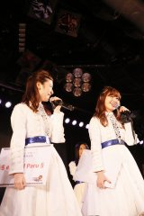 『AKB48ステージファイター特別劇場公演』に出演した(左から)島崎遥香、小嶋陽菜(C)AKS