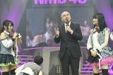 葉県・舞浜のアンフィシアターで開催されたTEAM M『RESET』公演で「ポスト山田菜々オーディション」を発表する金子剛NMB48劇場支配人(中央)、山田菜々(左)、矢倉楓子(右)  (C)NMB48