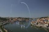 一人乗りプロペラ機を操り、空気で膨らませた巨大なパイロンのゲートを通過して飛行タイムを競う『エアーレース』
