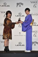 『VOGUE JAPAN Women of Our Time』を受賞した椎名林檎