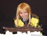 チョコレートでできた宇宙戦艦ヤマトに興味津々な加藤夏希=映画『宇宙戦艦ヤマト2199星巡る方舟』プレミアム上映会