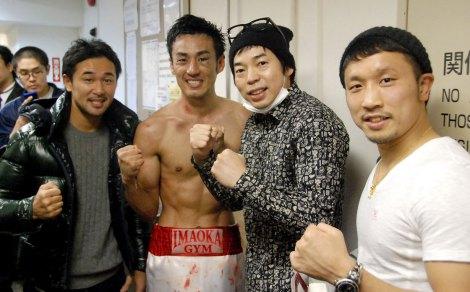 試合後、今田耕司(右から2番目)も祝福=デビュー戦でTKO勝利を収めたロバート・山本博 (C)ORICON NewS inc.