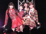 スマイレージの『あすはデートなのに、今すぐ声が聞きたい』を歌う一岡伶奈(15)、斎藤夏奈(13)、浜浦彩乃(14)、小川麗奈(14)(左から)。(C)De-View