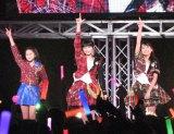 『僕らの輝き』を歌う田口夏実(14)、加賀楓(14)、野村。(C)De-View