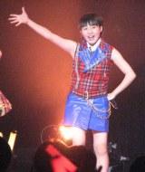 『シャイニングパワー』(Berryz工房曲)を元気いっぱいに歌う藤井梨央(15)。(C)De-View