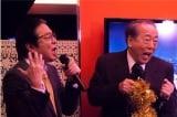 12月11日放送『ドクターX〜外科医・大門未知子〜』第10話でなぜか岸部一徳(右)と古田新太(左)がザ・タイガースの名曲 「君だけに愛を」を熱唱することに…(C)テレビ朝日