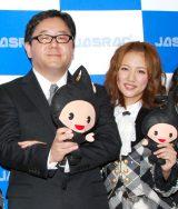 AKB48卒業を発表した高橋みなみ(右)にコメントを発表した秋元康氏 (C)ORICON NewS inc.