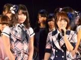 卒業を発表した高橋みなみ(右)から次期総監督に指名された横山由依(9日=AKB48劇場にて撮影)(C)AKS