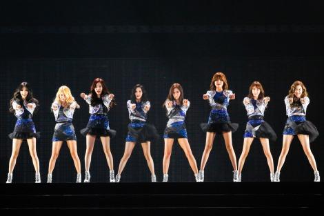 初の東京ドーム単独公演で5万人を熱狂させた少女時代(左からテヨン、ヒョヨン、サニー、ソヒョン、ユリ、スヨン、ユナ、ティファニー)
